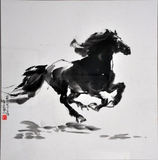 马是千古流传的永世佳话,古时候马在生活上充当着重要的角色,很多人认识马,却不懂得马的习性,所以他们不是识马之人。很多人会画马,但他们不知道马的灵魂在哪里,所以他们不能画好马。然而有这么一位为马痴狂之人,一生钟情于画马,他的马就像他本人的性格那样豪放洒脱,他擅长于画马,他的画作被行家称之为绝唱,其作品在画坛内影响力颇为巨大。无论是动态的马还是静态的马,在他神来之笔一挥之下,马的姿态风韵留存。此人名叫李五九笔名常用九歌,下面笔者试评析九歌先生神来之马。  图为五九先生在今年十一月所创作的奔马图,骏马处于一个奔